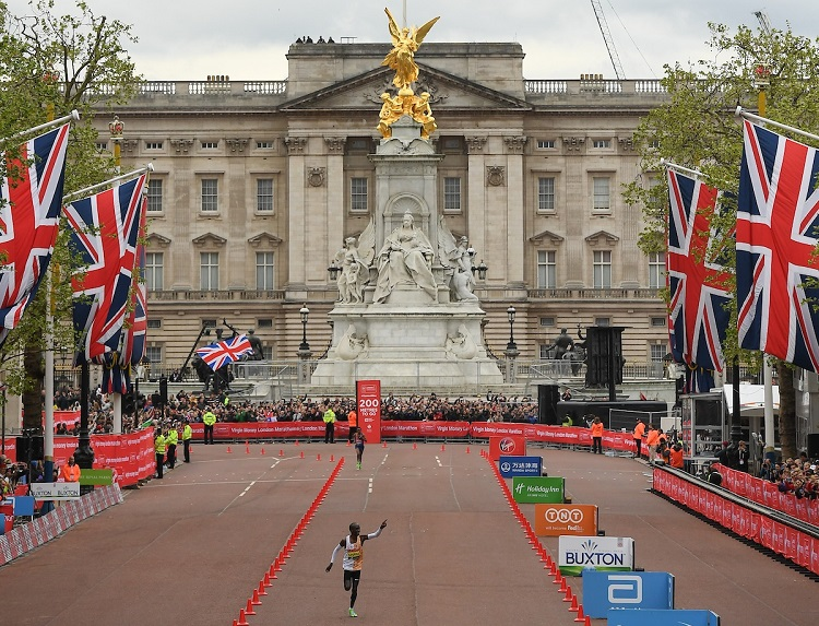 Kipchoge vor Buckingham Palace (c) London Marathon